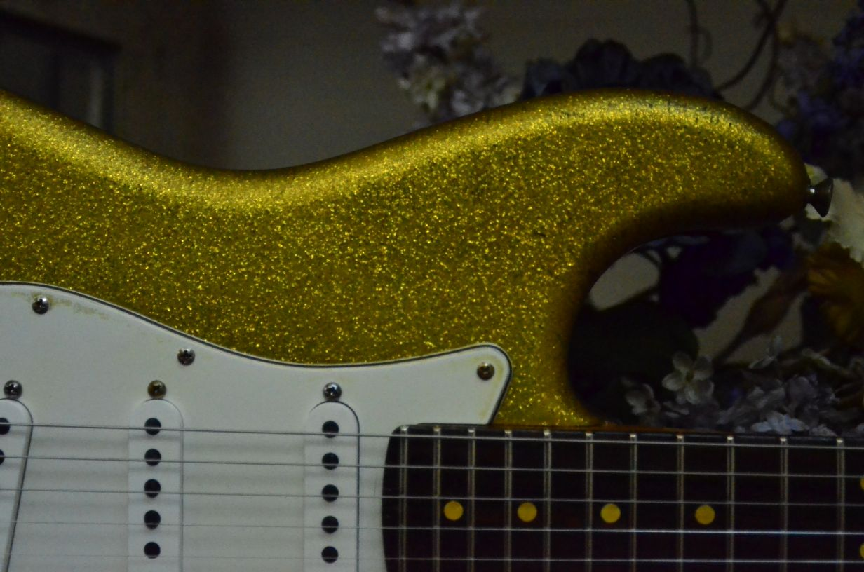 Fender Stratocaster Relic Gold Sparkle Flake bout