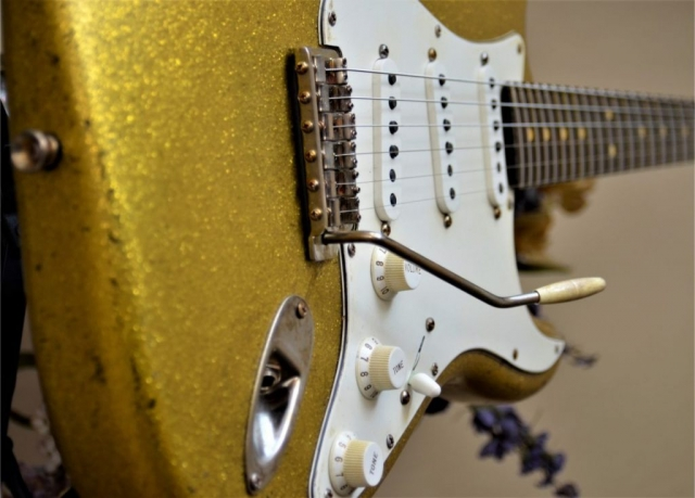 aged Fender Stratocaster Relic Gold Sparkle Flake