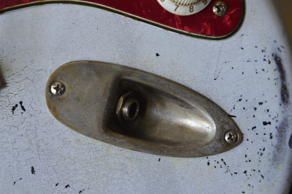 White Fender Strat heavy relic  plug jack